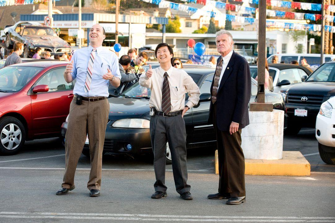 Stu Harding (Alan Thicke, r.) kann es nicht glauben, aber Autohändler Ben Sellecks Leute, Teddy (Ken Jeong, M.) und Wade (Tony Hale, l.), reiten sei... - Bildquelle: by PARAMOUNT VANTAGE, a Division of PARAMOUNT PICTURES. All Rights Reserved.