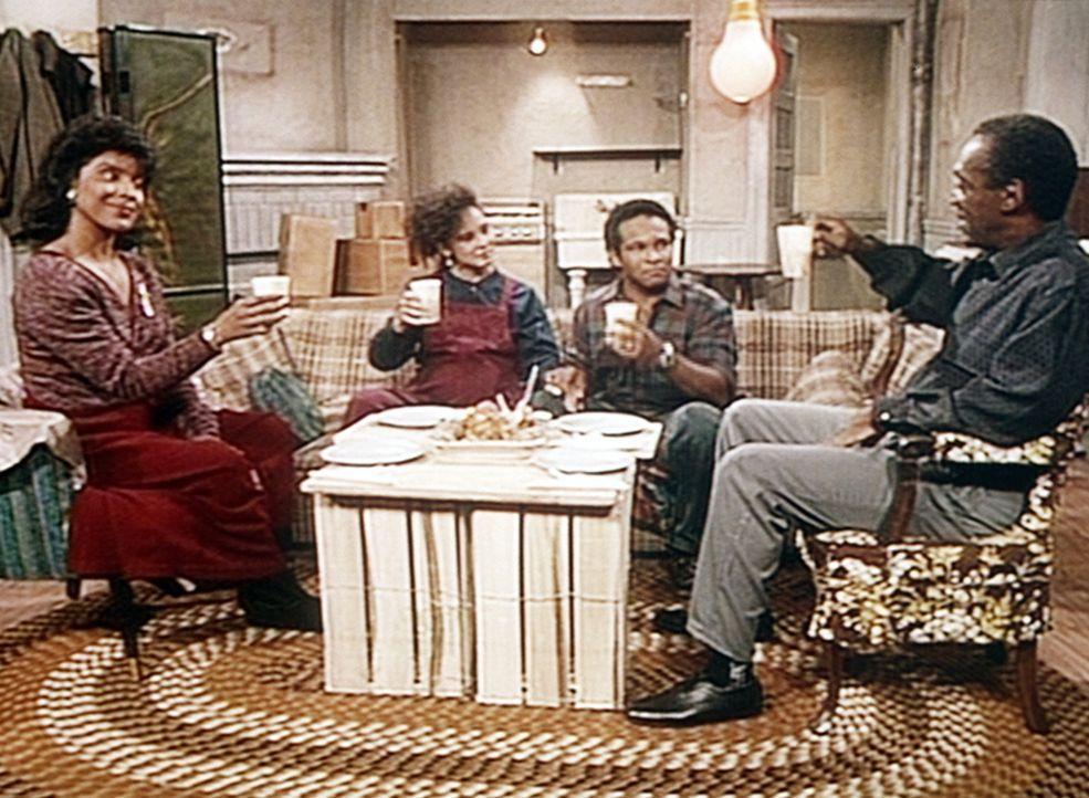 Cliff (Bill Cosby, r.) und Clair (Phylicia Rashad, l.) haben es geschafft, dass Sondra (Sabrina LeBeauf, 2.v.l.) und Elvin (Geoffrey Owens) in eine... - Bildquelle: Viacom