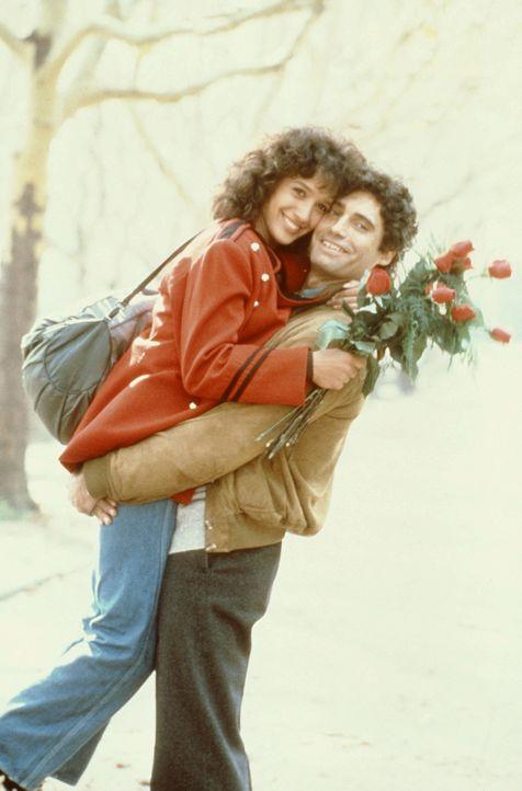 Endlich sind Alex (Jennifer Beals, l.) und Nick (Michale Nouri, r.) glücklich vereint. - Bildquelle: Paramount Pictures
