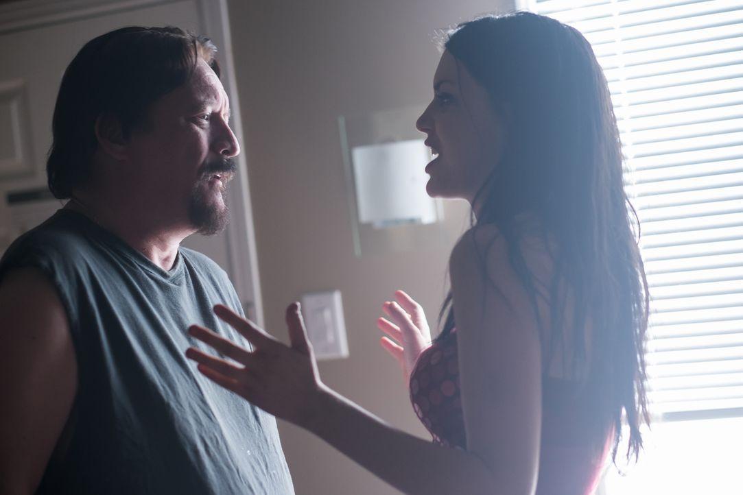 John (Louis Molnar, l.) stattet Hazel (Sonya Proehl, r.) im Motel eindeutig keinen Freundschaftsbesuch ab ... - Bildquelle: Darren Goldstein Cineflix 2015