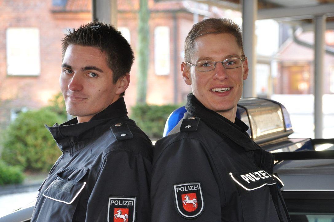 Auf der Polizeiwache in Stade geht ein Notruf ein: eine Schlägerei unter Saufkumpanen. Die Kommissare Pascal van der Heijden (r.) und Torben Kubik... - Bildquelle: kabel eins