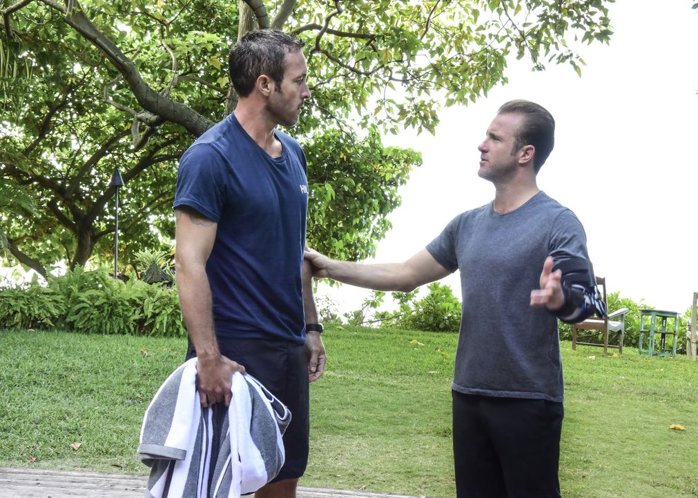 Steves (Alex O'Loughlin, l.) Gesundheitszustand bereitet Danny (Scott Caan, r.) Sorgen und so engagiert er kurzerhand eine Stressmanagerin, die sein... - Bildquelle: Norman Shapiro 2017 CBS Broadcasting Inc. All Rights Reserved.