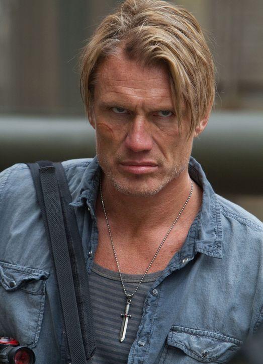 Gunner Jensen (Dolph Lundgren) gehört zu der knallharten Söldnertruppe, die Anführer Barney Ross um sich geschart hat, um eine atomare Bedrohung rie... - Bildquelle: BARNEY'S CHRISTMAS, INC.  ALL RIGHTS RESERVED