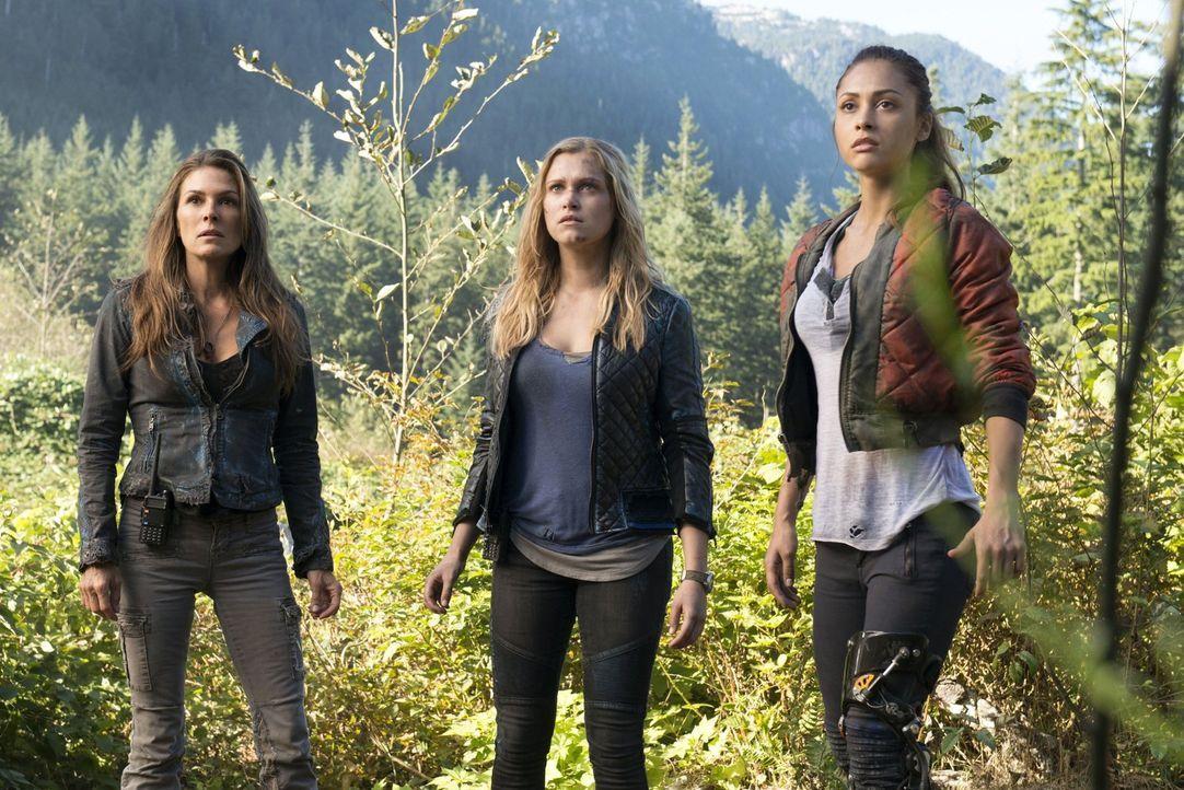 """Abi (Paige Turco, l.), Clarke (Eliza Taylor, M.) und Raven (Lindsey Morgan, r.) machen sich auf den Weg nach """"Mount Weather"""", nicht ahnend, dass dor... - Bildquelle: 2014 Warner Brothers"""