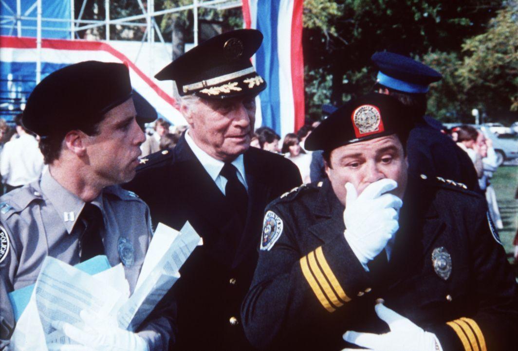 Mahoney (Steve Guttenberg, l.) und Lassard (George Gaynes, M.) fragen sich, woran sich Mauser (Art Metrano, r.) wohl verschluckt hat ... - Bildquelle: Warner Bros.