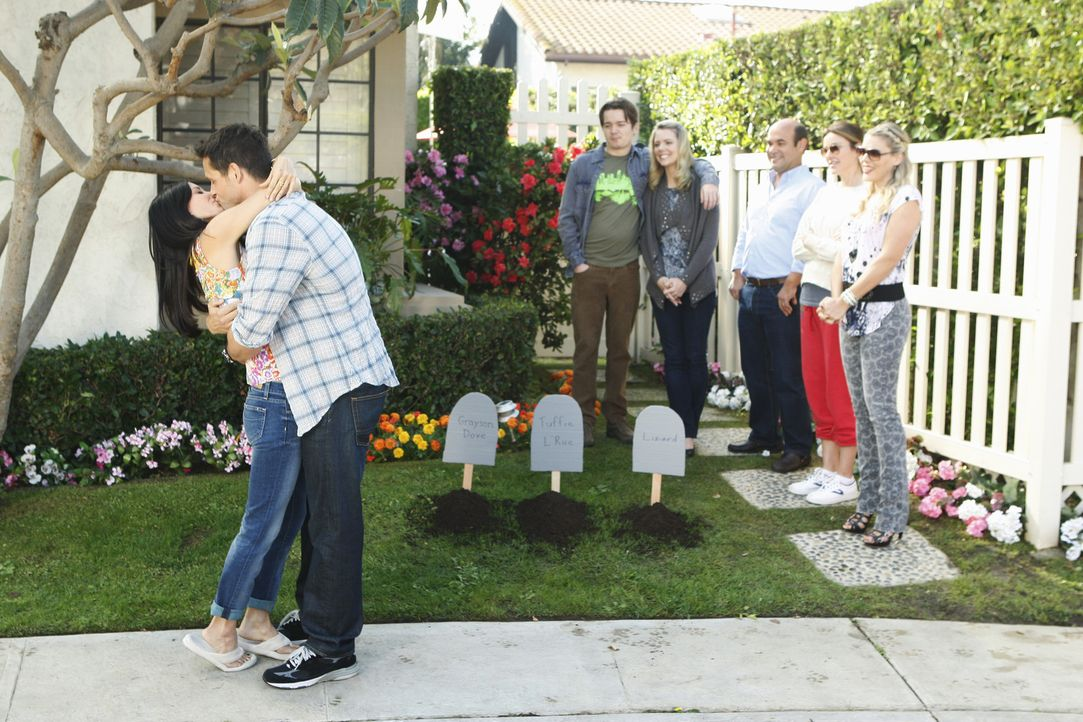 Grayson (Josh Hopkins, 2.v.l.) beschließt, im Garten einen Tierfriedhof für Jules (Coureteny Cox, l.) anzulegen - und gesteht ihr bei dieser Geleg... - Bildquelle: 2010 ABC INC.