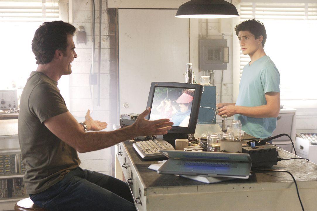Nach und nach schließt Stephen Trager (Bruce Thomas, l.) seinen neuen Sohn Kyle (Matt Dallas, r.) in Herz ... - Bildquelle: TOUCHSTONE TELEVISION