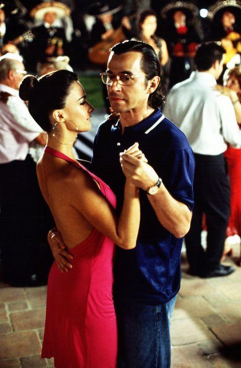 Müssen Liebe vortäuschen, um 250.000 Euro abzustauben: Víctor (Santi Millán, r.) und Estrella (Paz Vega, l.) ... - Bildquelle: 2004   CPT Holdings, Inc.  All Rights Reserved.