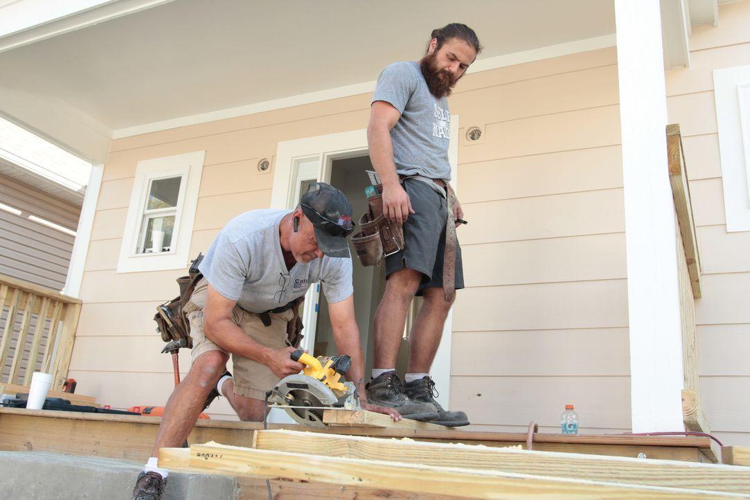 Die Handwerker haben alle Hände voll zu tun, um Karen und Minas Visionen der Renovierung umzusetzen ... - Bildquelle: 2017,HGTV/Scripps Networks, LLC. All Rights Reserved