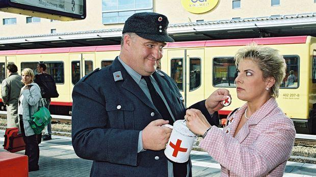 Markus Maria Profitlich (l.) nimmt von Tanja Schuhmann (r.) gern eine Spende...