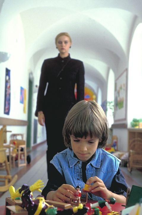 Ingrid (Veronica Ferres, hinten) ist ganz versessen darauf, Philipp (Mitja Daniel Krebs, vorne) in ihre Familie aufnehmen zu können. Um ihr Ziel zu... - Bildquelle: Flemming ProSieben