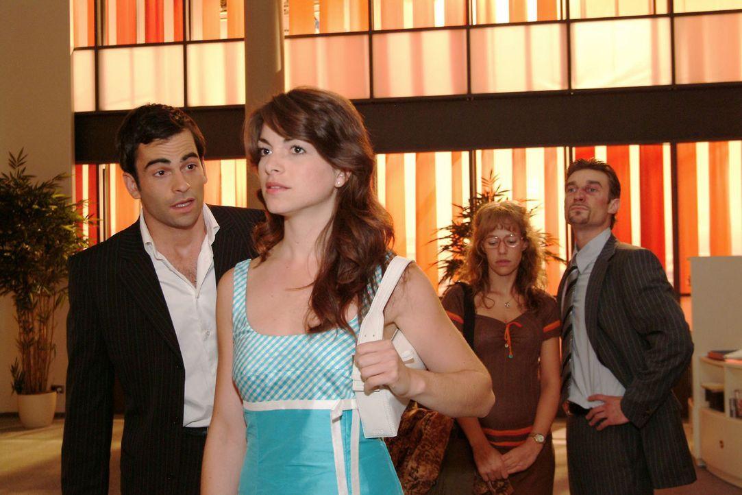 Als Mariella (Bianca Hein, 2.v.l.) unerwartet auftaucht, lässt David (Mathis Künzler, l.) Lisa (Alexandra Neldel, 2.v.r.) und Richard (Karim Köst... - Bildquelle: Monika Schürle Sat.1
