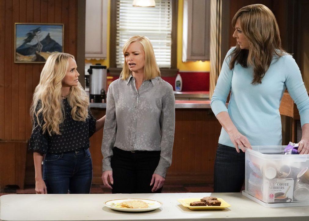 Bonnie (Allison Janney, r.) gefällt die Arbeit von Jills (Jaime Pressly, M.) Lifecoach Miranda (Kristin Chenoweth, l.) überhaupt nicht und legt sich... - Bildquelle: 2017 Warner Bros.