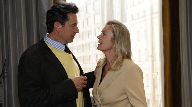 Julius (Günter Barton, l.) bittet Elisabeth (Birte Bergl, r.) um eine kurze S...