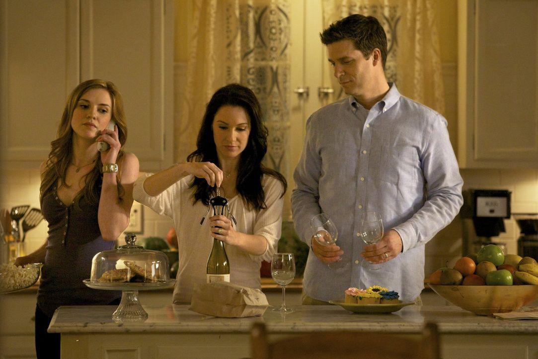 Erinnerung an vergangene Zeiten: Elena denkt an die Zeit in der ihre Eltern Miranda (Erin Beute, M.) und Grayson (Jason MacDonald, r.) und Tante Jen... - Bildquelle: Warner Brothers