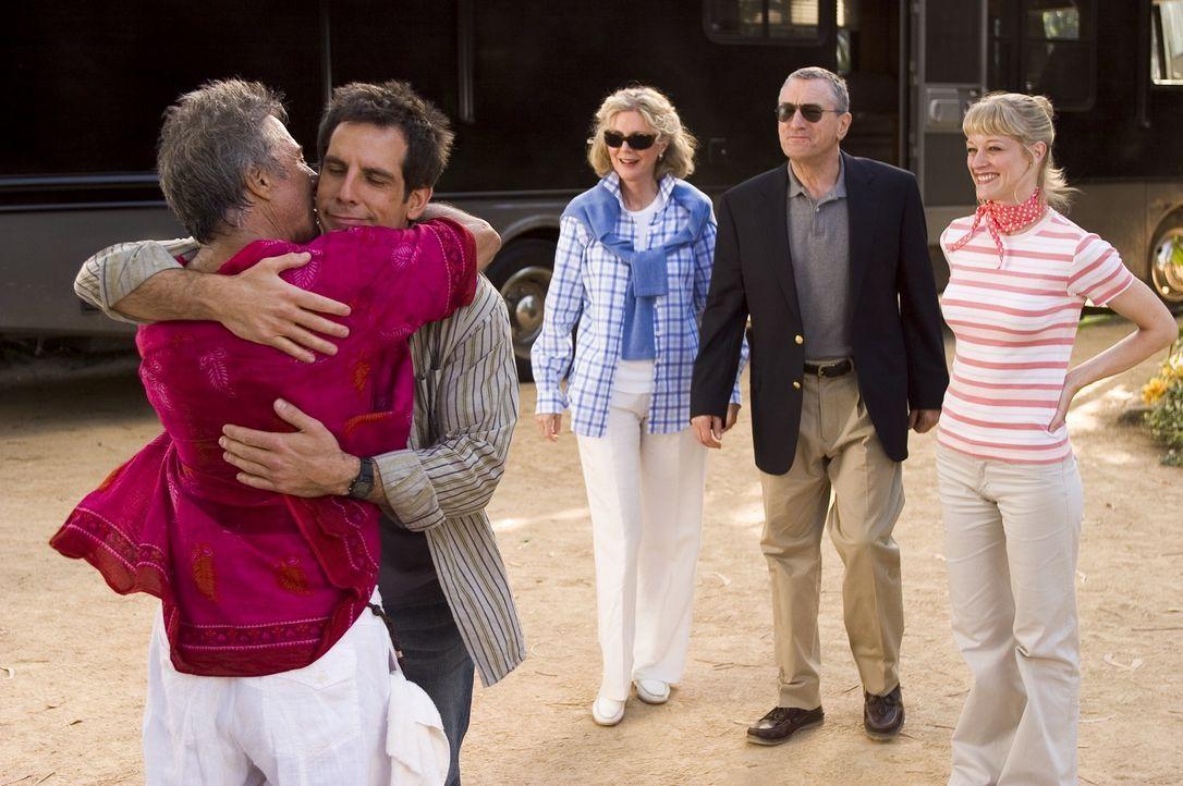 Pam (Teri Polo, r.) und Greg (Ben Stiller, 2.v.l.) machen sich zusammen mit Pams Eltern (Robert De Niro, 2.v.r., Blythe Danner, 3.v.r.) auf den Weg... - Bildquelle: DreamWorks SKG