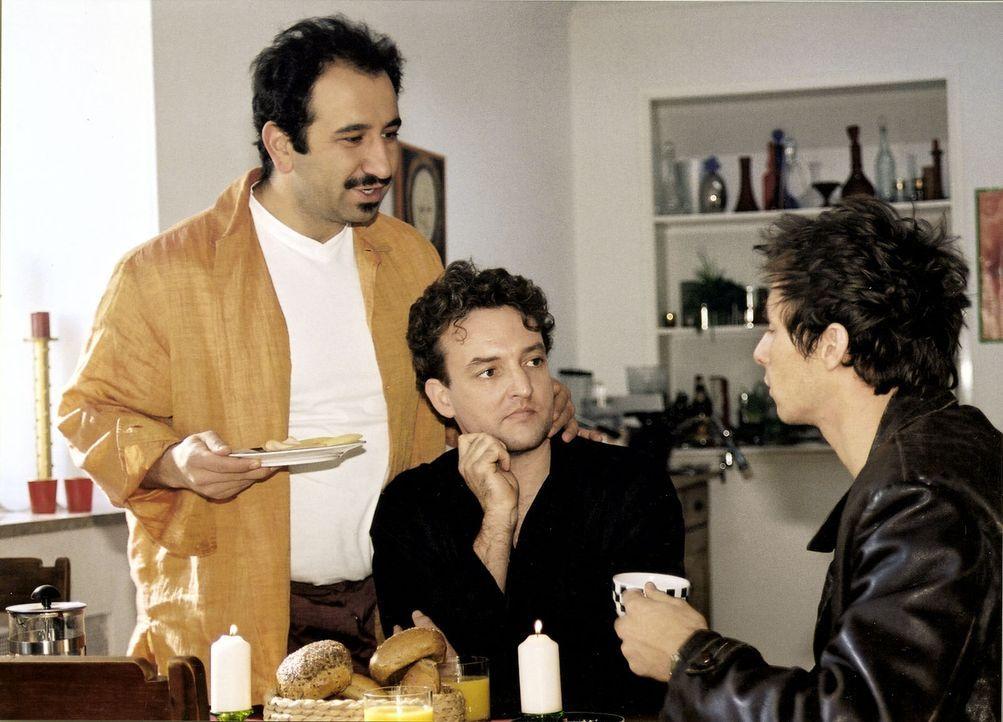 Carlo (Marc Hosemann, r.) ist gerade von seiner Freundin vor die Tür gesetzt worden. Bei Erik (Marco Rima, M.) und Selim (Hilmi Sözer, l.) sucht er... - Bildquelle: Sat.1