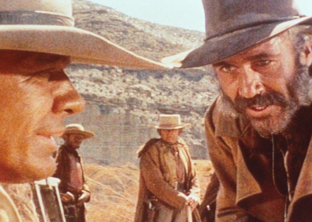 Der geheimnisvolle Mundharmonikaspieler (Charles Bronson, l.) und der eiskalte Killer Frank (Henry Fonda, r.) sind nicht gerade die besten Freunde ... - Bildquelle: Paramount Pictures