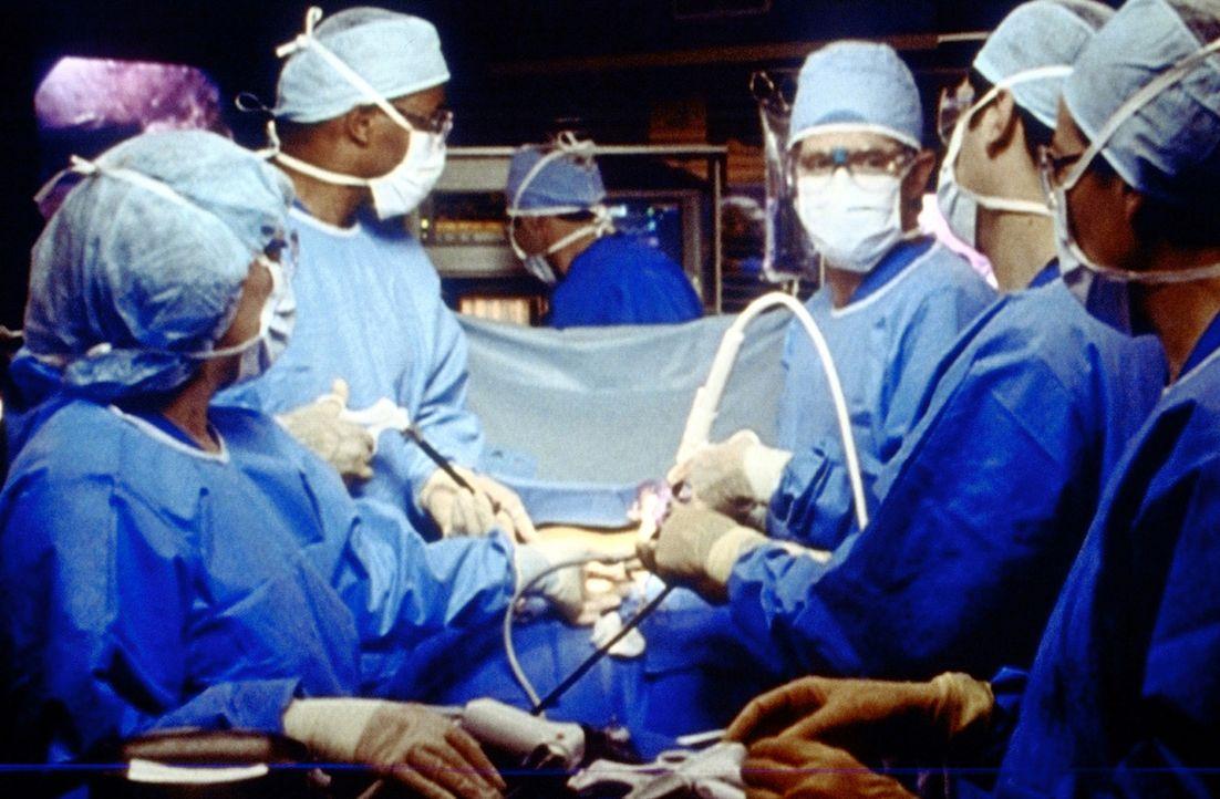 Während einer komplizierten Operation kommt es zu heftigen Meinungsverschiedenheiten zwischen Benton (Eriq La Salle, 2.v.l.) und Morgenstern (Willia... - Bildquelle: TM+  2000 WARNER BROS.