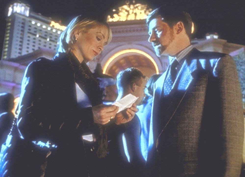 Byers (Bruce Harwood, r.) trifft auf einer Messe der Rüstungsindustrie in Las Vegas Suzanne Modesky (Signy Coleman, l.) wieder, die vor zehn Jahren... - Bildquelle: TM +   2000 Twentieth Century Fox Film Corporation. All Rights Reserved.
