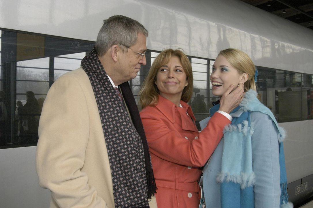 Kim (Lara-Isabelle Rentinck, r.) traut sich nicht ihren Eltern zu erzählen, dass sie aus dem Internat geflogen ist. Stattdessen gaukelt sie den ahnu... - Bildquelle: Noreen Flynn Sat.1