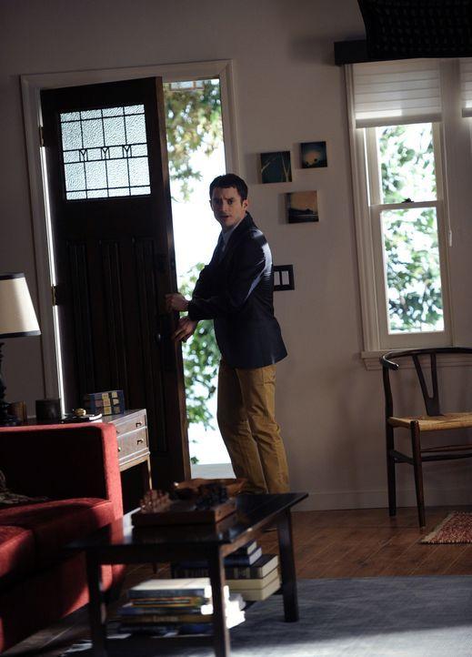 Ryan (Elijah Wood) macht sich große Sorgen um Wilfred. Dieser kann nichts mehr riechen, was ihn nahezu wahnsinnig macht ... - Bildquelle: 2011 FX Networks, LLC. All rights reserved.