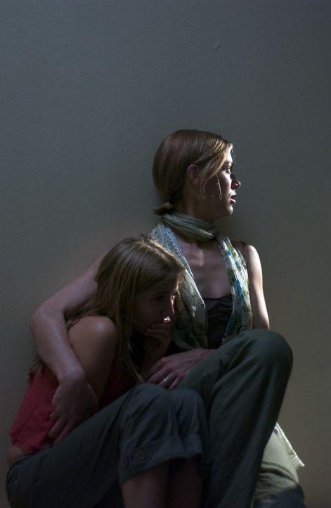 Im Visier eines eiskalten Serienmörders: Brooke (Jessica Brooks, r.) und ihre kleine Tochter Haley (Eliza Bennett, l.) ... - Bildquelle: Hallmark Entertainment