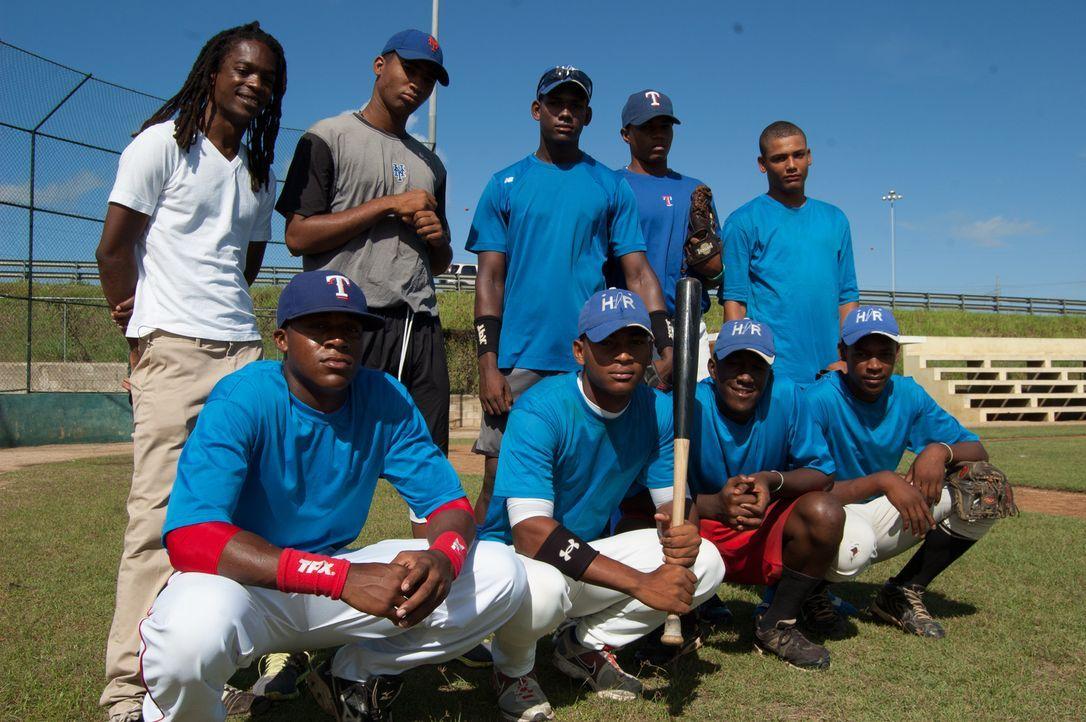 Reporter Seyi Rhodes (hinten l.) trifft in der Dominikanischen Republik junge Männer, deren größter Traum es ist, in der US Major League Baseball zu... - Bildquelle: Quicksilver Media