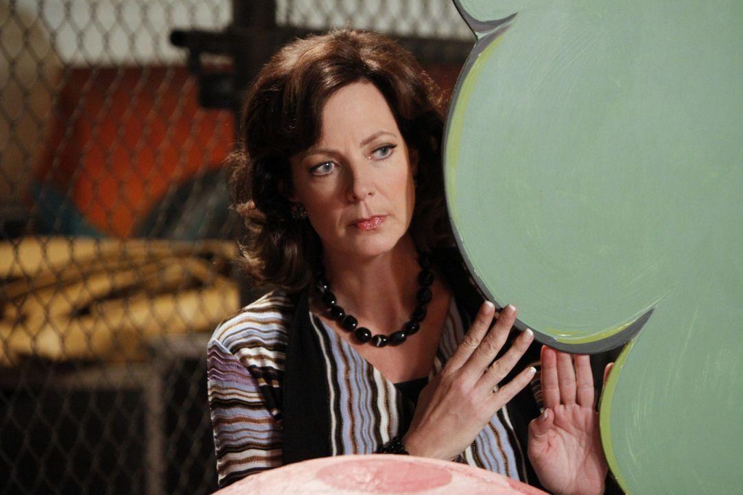 """Crystal Cohen (Allison Janney) ist mal wieder neben der Spur, denn die """"Schlümpfe on Ice"""" treten in der """"Sunshine Arena"""" auf und sie verfällt in d... - Bildquelle: Sony Pictures Television Inc. All Rights Reserved."""