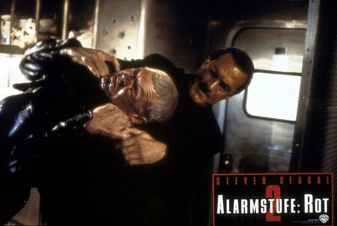Als Penn (Everett McGill, l.) und andere Terroristen versuchen, einen Zug zu entführen, bekommen sie es nicht nur mit Casey Rybacks (Steven Seagal,... - Bildquelle: Warner Bros.