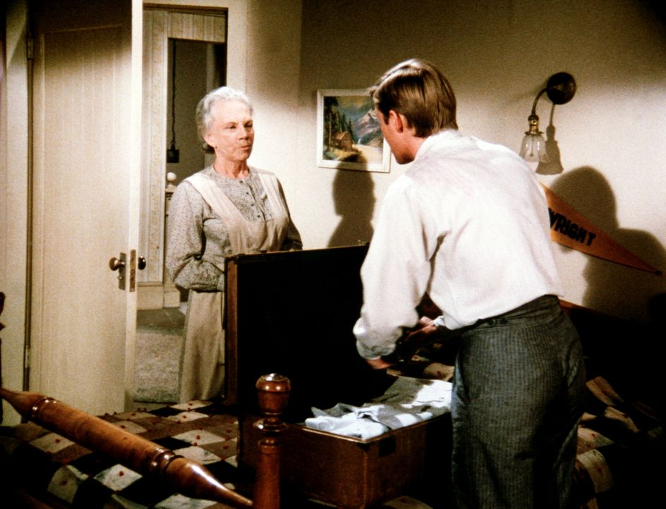 Ester (Ellen Corby, l.) ist nicht damit einverstanden, dass ihr Enkel (Richard Thomas, r.) in die Stadt zieht, auch wenn es nur vorübergehend ist. - Bildquelle: WARNER BROS. INTERNATIONAL TELEVISION