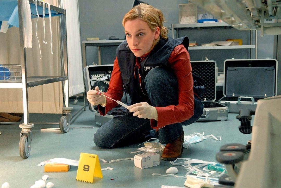 Marie (Jana Klinge) untersucht den Tatort. - Bildquelle: Christoph Assmann Sat.1