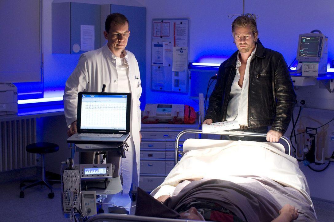 """Weil Mick (Henning Baum, r.) fest davon überzeugt ist, dass Discjockey """"Tommy Diamond"""" völlig harmlos ist, lässt er seinen Schlaf in einem Schlaflab... - Bildquelle: Martin Rottenkolber SAT.1"""