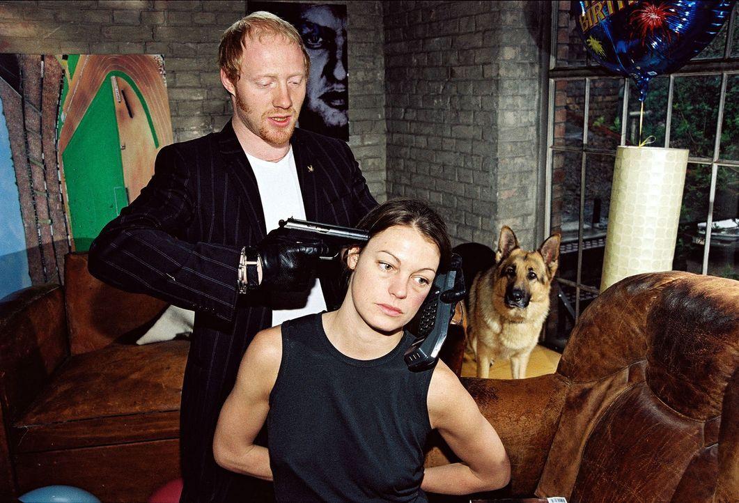 Niki (Elke Winkens, r.) wird von Kurt Sedlacek (Simon Schwarz, l.) gekidnappt ... - Bildquelle: Sat.1