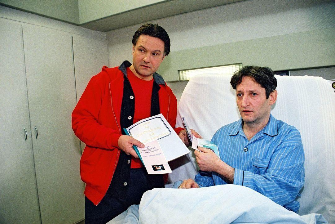 Michael Sturm (Klaus Schreiber, l.) versucht Oskar Kerner (Robert Spitz, r.) weiszumachen, dass sein Sohn gar nicht von ihm ist ... - Bildquelle: Monika Schürle Sat.1