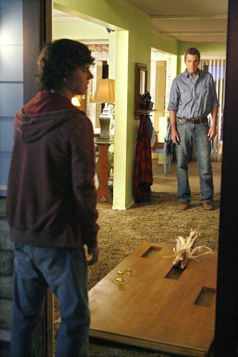 Axl (Charlie McDermott, l.) ist mitten in seiner rebellischen Phase und hebt glatt einmal die Haustür aus den Angeln. Für Frankie und Mike (Neil Fly... - Bildquelle: Warner Brothers