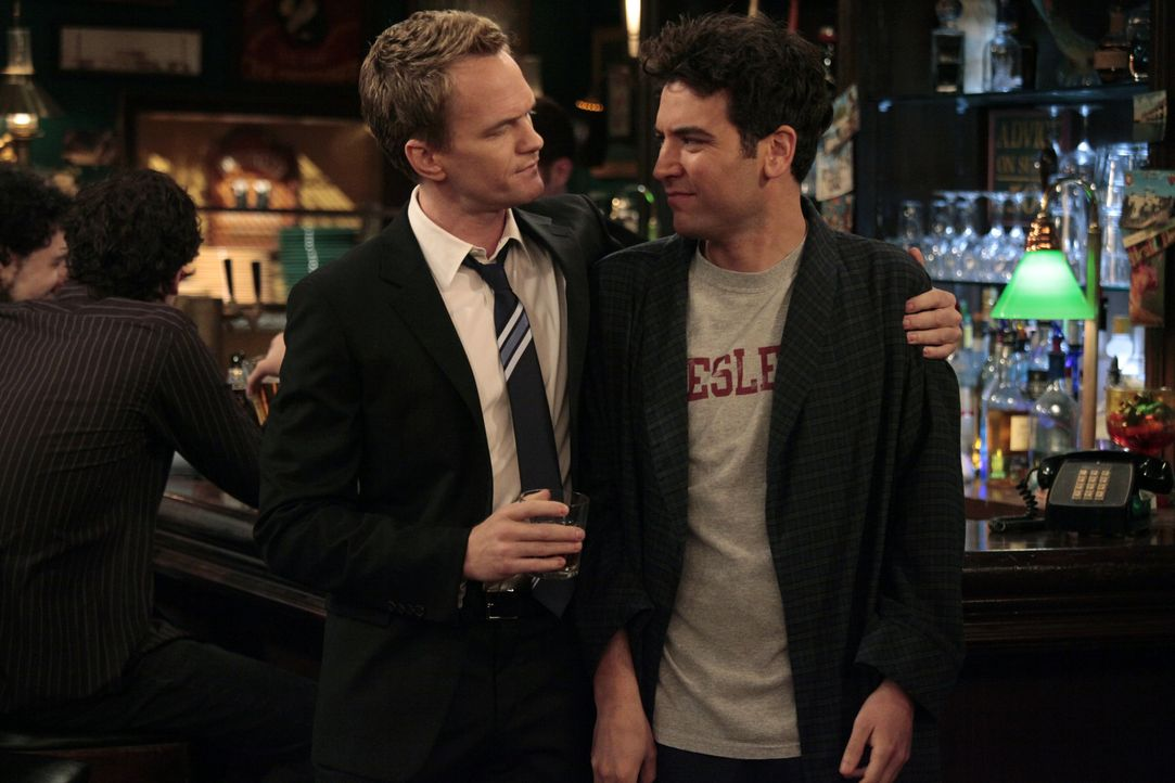 Während Robin eine berühmte Nachrichtensprecherin wird, versucht Barney (Neil Patrick Harris, l.), Ted (Josh Radnor, r.) dazu zu bringen, mit ihm ei... - Bildquelle: 20th Century Fox International Television