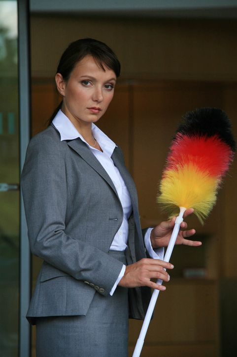 Putzfrau undercover: Maja Berger (Julia Koschitz) ... - Bildquelle: Volker Roloff ProSieben