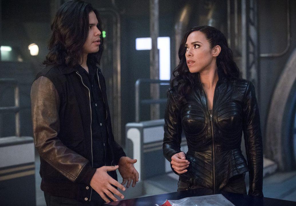 Sprechen über ihre Zukunft: Cisco (Carlos Valdes, l.) und Gypsy (Jessica Camacho, r.) ... - Bildquelle: 2017 Warner Bros.