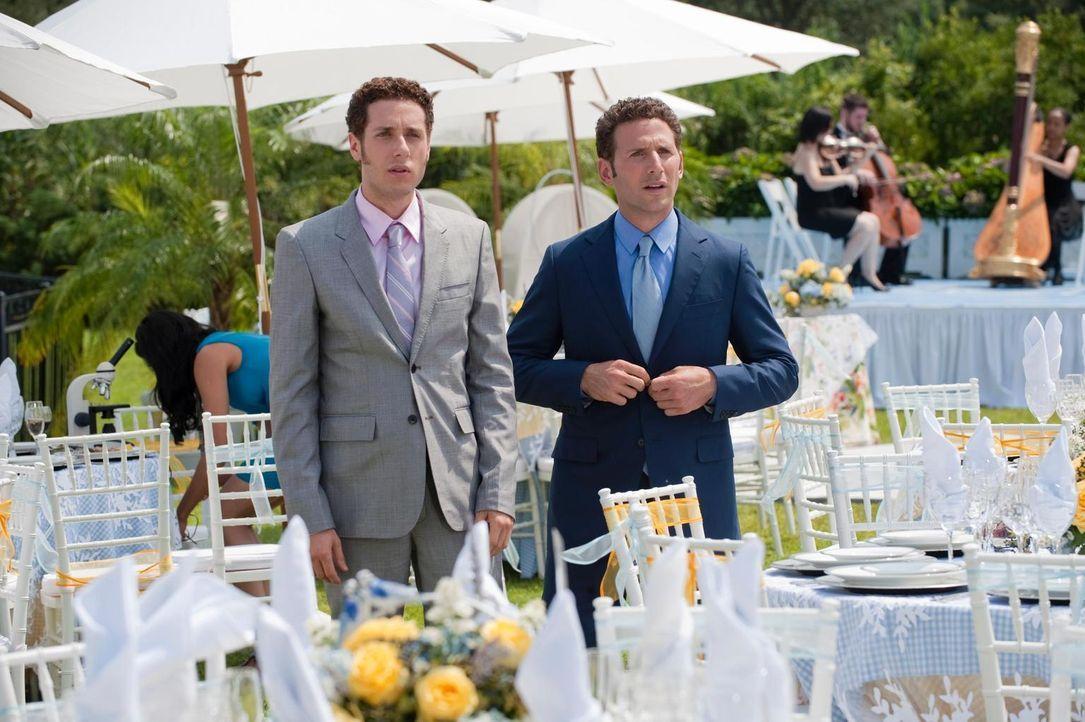Dr. Hank Lawson (Mark Feuerstein, r.) und Evan R. Lawson (Paulo Costanzo, l.) staunen nicht schlecht als Paige doch noch auf der Hochzeitsfeier auft... - Bildquelle: Universal Studios