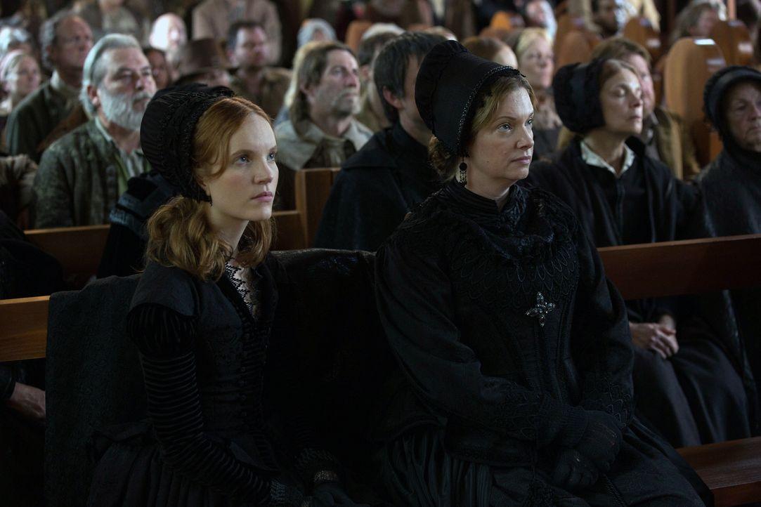 Wissen Mrs. Hale (Lara Grice, r.) und ihr Tochter Anne (Tamzin Merchant, l.) mehr über die Hexen in Salem, als alle glauben? - Bildquelle: 2013-2014 Fox and its related entities.  All rights reserved.