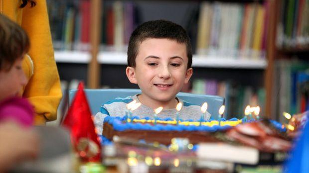 Bricks (Atticus Shaffer) neunter Geburtstag steht an, wozu das Geburtstagskin...