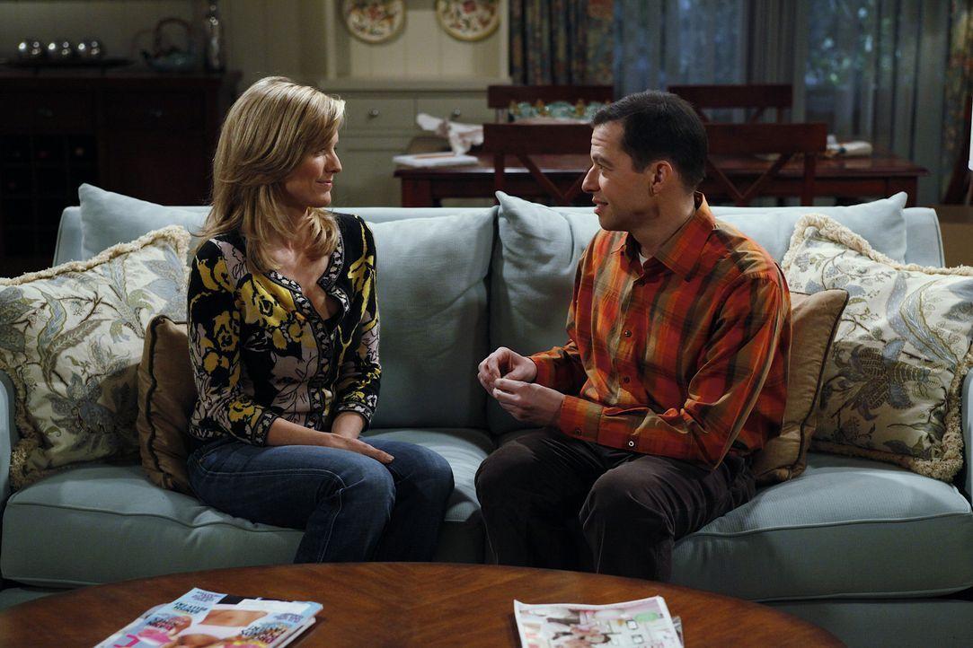 Alans (Jon Cryer, r.) Freundin Lyndsey (Courtney Thorne-Smith, l.) hat eine Vergangenheit als Buchmacherin, von der Alan allerdings nichts wissen so... - Bildquelle: Warner Bros. Television