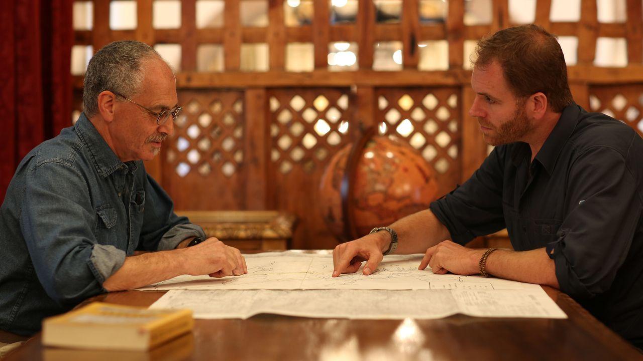 Josh Gates (r.) spricht mit dem Kurator des Larco Museum in Peru über die Geschichte des Landes. Dies soll ihm dabei helfen, der goldenen Stadt Eldo... - Bildquelle: 2015, The Travel Channel, L.L.C. All Rights Reserved.