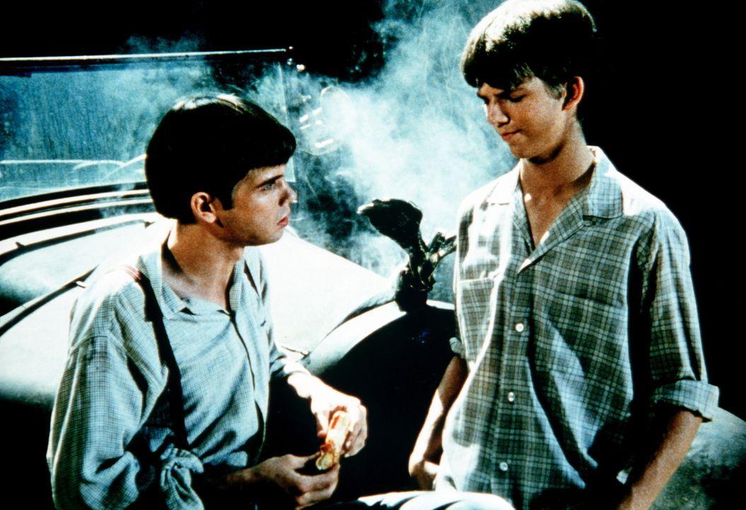 Jim Bob (David W. Harper, r.) hat sich mit dem Ausreißer Joe Douglas (Peter Miner, l.) angefreundet. Beide haben eine große Leidenschaft: die Fliege... - Bildquelle: WARNER BROS. INTERNATIONAL TELEVISION