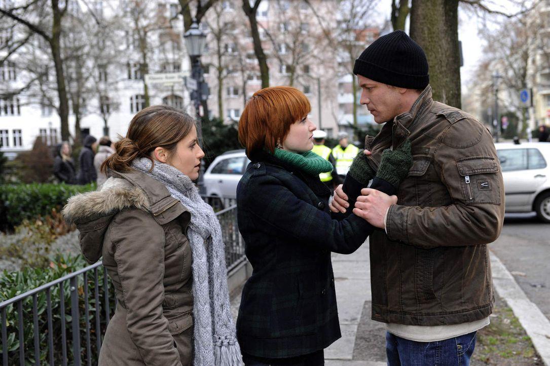 Bea (Vanessa Jung, l.) trifft sich hinter Michaels Rücken mit Jens (Michael Starkl, r.). Sie hatte Recht: Jens weiß, wer Franziska getötet hat, u... - Bildquelle: SAT.1