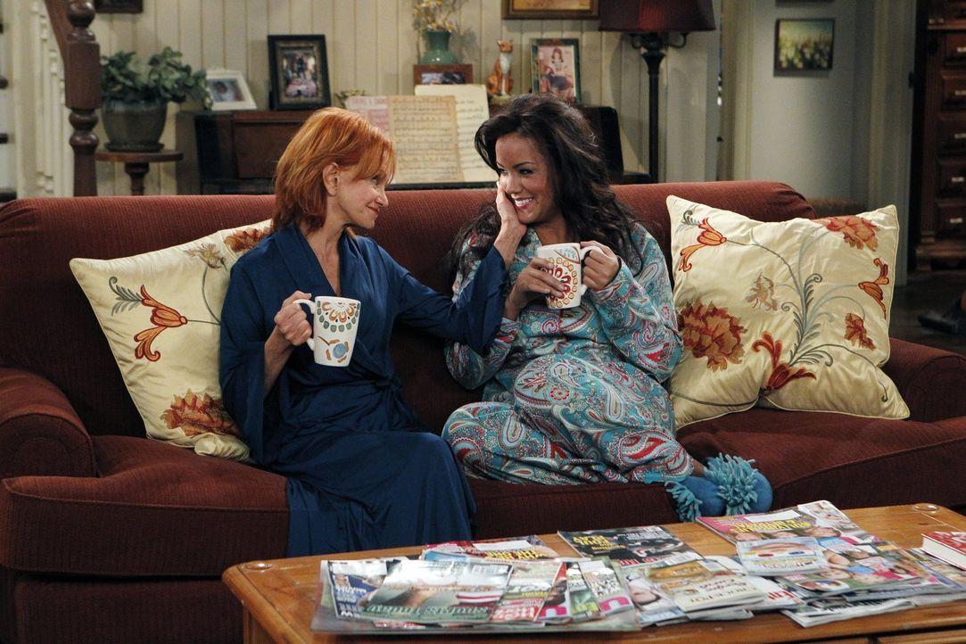 Freuen sich über Mollys Glück: Joyce (Swoosie Kurtz, l.) und Victoria (Katy Mixon, r.) ... - Bildquelle: Warner Bros. Television