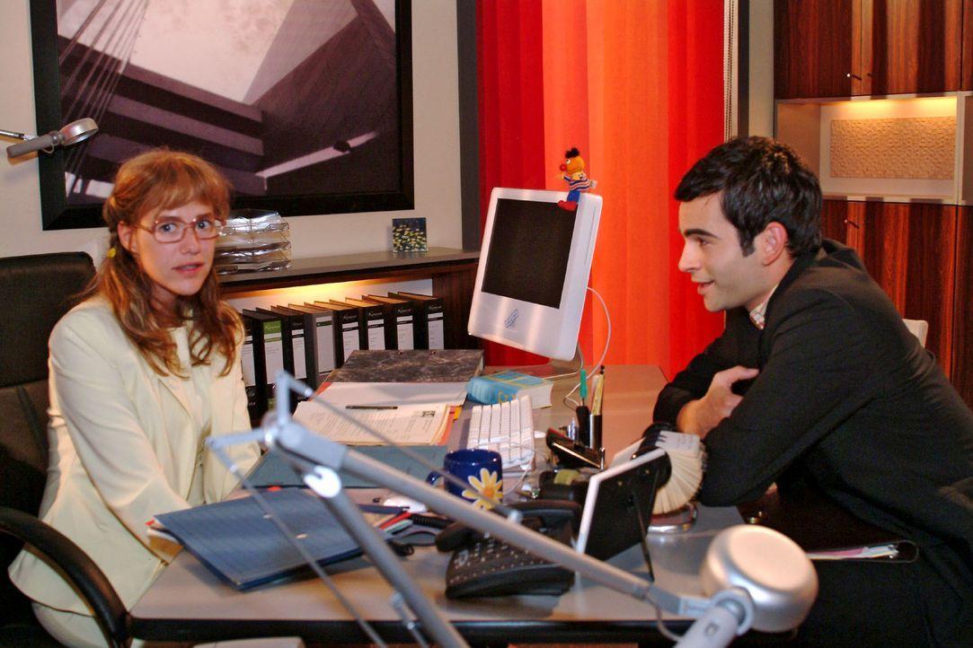 Lisa (Alexandra Neldel, l.) und David (Mathis Künzler, r.) genießen ihre konstruktive Zusammenarbeit. (Dieses Foto von Alexandra Neldel darf nur i... - Bildquelle: Monika Schürle Sat.1