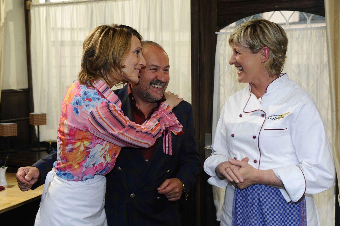 Brigitte (Joana Schümer, l.) überrascht Susanne (Heike Jonca, r.) mit ihrem vermeintlichen neuen Freund (Christian Weinberger, M.) ... - Bildquelle: SAT.1