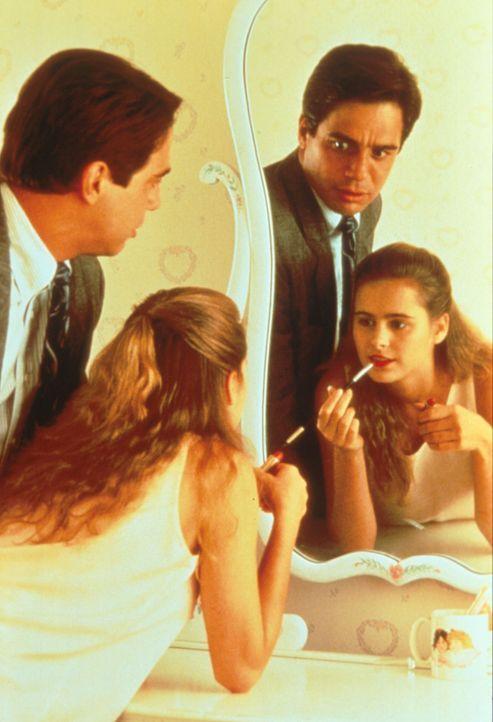 Häßliches Entlein wird wunderschöner Schwan: Als Doug (Tony Danza, l.) von einer Geschäftsreise zurückkehrt, fällt er aus allen Wolken. Statt eines... - Bildquelle: Columbia Pictures